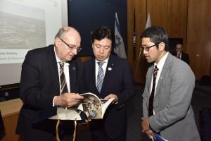 נשיא הטכניון פרופ' פרץ לביא (משמאל) עם שר המדע, הטכנולוגיה והחלל היפני יוסקה טסורוהו (במרכז)