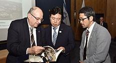 הטכנולוגיה והחלל היפני יוסקה טסורוהו (במרכז)