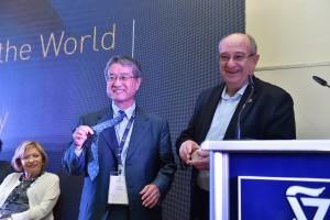 """נשיא הטכניון פרופ' פרץ לביא מעניק לד""""ר הירושי פוג'יווארה (משמאל) סיכת גארדיאן מהטכניון"""