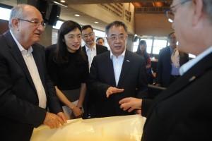 מזכיר המפלגה של מחוז גואנגדונג הו צ'אנג חואה, (מימין) ונשיא הטכניון פרופ' פרץ לביא (משמאל)
