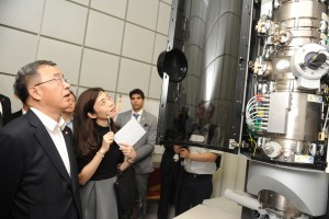 מזכיר המפלגה סוקר את המיקרוסקופ טיטאן  (Titan)במרכז למיקרוסקופיית אלקטרוניים