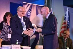 פרופ'-אמריטוס קיפ סטפן תורן מהמכון הטכנולוגי של קליפורניה מקבל את הפרס מנשיא הטכניון
