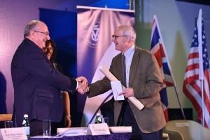 פרופ'-אמריטוס ריינר וייס מ-MIT מקבל את הפרס מנשיא הטכניון