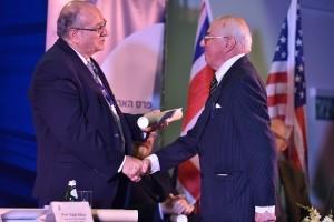 איאן דריבר, מקבל מנשיא הטכניון את הפרס בשם אחיו המנוח פרופ'-אמריטוס רונלד דריבר