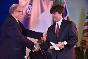 פרופ' פיטר היגמן מאוניברסיטת הומבולדט, ברלין מקבל את הפרס מנשיא הטכניון