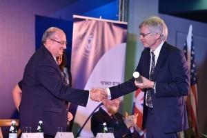 פרופ' פיטר היגמן מאוניברסיטת סטנפורד מקבל את הפרס מנשיא הטכניון