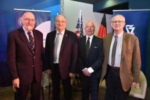 מימין לשמאל : פרופ'-אמריטוס ריינר וייס, איאן דריבר, נשיא הטכניון פרופ' פרץ לביא ופרופ'-אמריטוס קיפ סטפן תורן