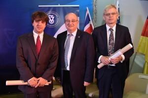 מימין לשמאל : פרופ' פיטר היגמן, נשיא הטכניון פרופ' פרץ לביא ופרופ' קארל דייסרוס