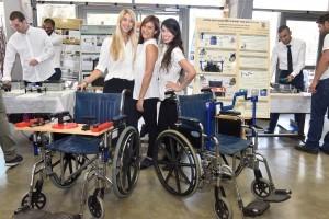 """הסטודנטיות טל ויזינגר, שחף מיידלר ונועה קולר שפיתחו """"מערכת לאימון גופני לקשישים המרותקים לכסא גלגלים""""."""