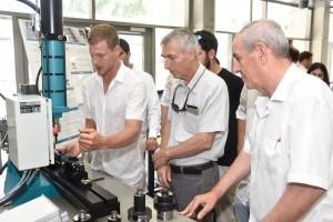 הסטודנט דניס בקוטין  מציג למשנה הבכיר לנשיא הטכניון פרופ' אדם שורץ(במרכז) את הפיתוח של קבוצתו עבור חברת ישקר