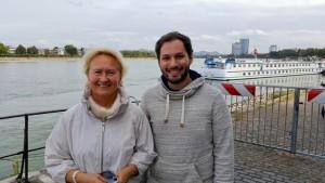 בתמונה: עדן אבישי ופרופ' אולגה גולובניצ'יה ליד נהר הריין בעיר בון