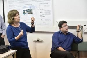 פרופ' שלומית טרם (משמאל) עם שר המדע והטכנולוגיה אופיר אקוניס בביקורו בפקולטה לפיזיקה בטכניון בשנה שעברה