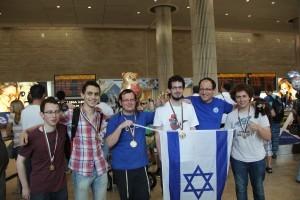 בתמונה, מימין לשמאל: ליעם חנני, מאמן הנבחרת לב רדזיוילובסקי, אמוץ אופנהיים, עשהאל רייטר, עמרי סולן וניצן טור