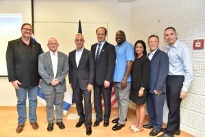 תמונה קבוצתית לאחר החתימה על ההסכם. ראש עיריית שיקגו רם עמנואל שלישי משמאל.
