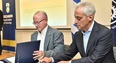ראש עיריית שיקגו רם עמנואל (מימין) עם המשנה לנשיא הטכניון למחקר פרופ' וויין קפלן