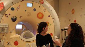 פרופ'-משנה ציפי הורוביץ-קראוס וילדה ליד מכשיר MRI המותאם לילדים בסינסינטי