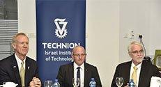 מימין לשמאל: נשיא אוניברסיטת אילינוי טימוטי קילין, המשנה לנשיא הטכניון למחקר פרופ' וויין קפלן ומושל אילינוי ברוס ראונר