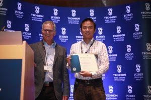 """נשיא האגודה פרופ' יוסי אברון (משמאל) עם ד""""ר בינגהי יאן ממכון ויצמן"""