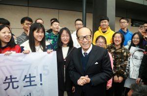 מר לי קא-שינג מגיע לקמפוס מכון גואנגדונג-טכניון ומתקבל על ידי הסטודנטים. קרדיט צילום : Chen Shi