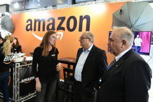 נשיא הטכניון פרופ' פרץ לביא בסיור ביריד. מימין לשמאל: דיקן הסטודנטים בטכניון פרופ' בני נתן, נשיא הטכניון פרופ' פרץ לביא, ואורית פיור, מנהלת הגיוס של Amazon Web Services.