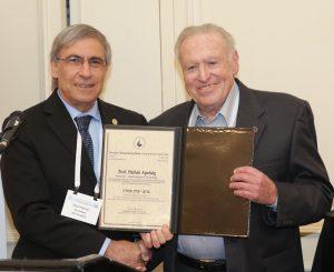 פרופ' אהוד קינן נשיא החברה הישראלית לכימיה מעניק את הפרס לפרופ'-מחקר יצחק אפלויג