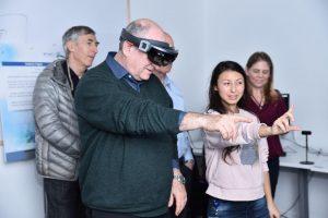 בתמונה : נשיא הטכניון פרופ' פרץ לביא במעבדת החדשנות של רפאל קרדיט צילום : רפאל