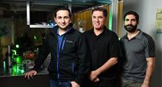 """פרופ'-מחקר מוטי שגב מהפקולטה לפיזיקה בטכניון עם שני חוקרים במעבדתו - ד""""ר מיגל בנדרס והדוקטורנט גל הררי"""