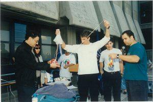 """ניב-יה דורבן ז""""ל (בחולצה הלבנה) בתחרות """"ביצקופטר"""" 1997.  קרדיט צילום: דוברות הטכניון"""