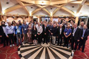 תמונה קבוצתית של המשתתפים בכנס