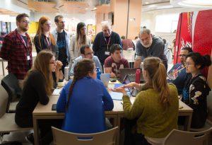 פרופ' שמעון מרום, דיקן הפקולטה לרפואה, מבקר את הקבוצות המשתתפות ביחד עם הצוות המארגן