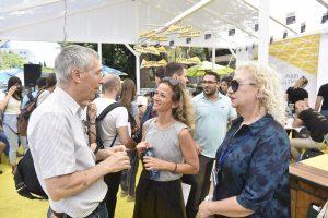 פרופ' אדם שורץ (משמאל) עם ברוריה זומר-פדידה (מימין) ומנהלת הגיוס של חברת אלביט