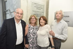 מימין לשמאל: אלבר וקלוד דלורו, רבקה בוכריס ונשיא הטכניון פרופ' פרץ לביא