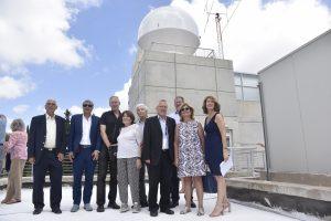 אנשי קרן אדליס עם פרופ' בועז גולני ופרופ' פיני גורפיל, על רקע התחנה החדשה