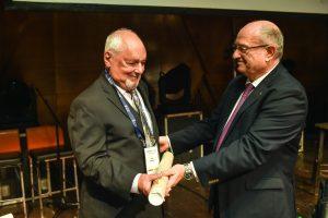 נשיא הטכניון מעניק את התעודה ללס ססקין