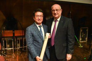"""נשיא הטכניון מעניק את התעודה לד""""ר הירושי פוג'יווארה"""