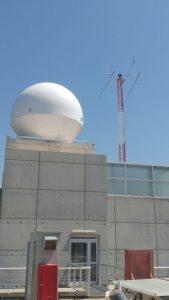 תמונה מתהליך בניית תחנת הקרקע והצבת האנטנות