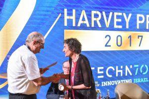 נשיא הטכניון פרופ' פרץ לביא מעניק את הפרס לפרופ' קרלה שץ