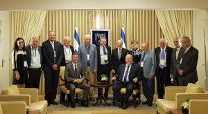 נשיא המדינה רובי ריבלין ושר הכלכלה והתעשייה אלי כהן (יושבים) עם 12 הזוכים באות