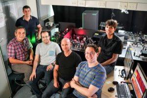 """משתתפי המחקר במעבדת ברטל בפקולטה להנדסת חשמל. מימין לשמאל: פרופ""""ח נתנאל לינדנר, שי צסס, פרופ""""ח גיא ברטל, קובי כהן, יבגני אוסטרובסקי וברגין ג'יונאי"""