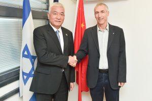 שר המדע והטכנולוגיה הסיני וואנג ז׳יגאנג (משמאל) עם המשנה הבכיר לנשיא הטכניון פרופ' אדם שורץ