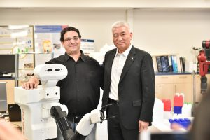 """שר המדע והטכנולוגיה הסיני וואנג ז׳יגאנג עם ד""""ר ארז כרפס והרובוט טיאגו"""