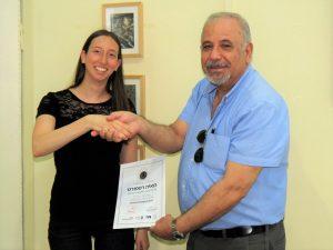 דיקן הסטודנטים פרופ' בני נתן מעניק למאיה רפפורט את הפרס