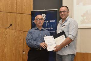 פרופ' יעקב נגל ראש המרכז למדע וטכנולוגיה של הביטחון נעניק את הפרס לסטודנט יחיאל דהן