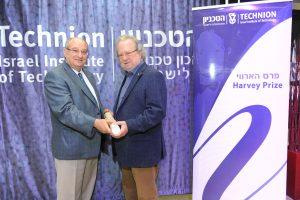 Prof. James P. Allison receives the Harvey Prize from Technion President, Prof. Peretz Lavie