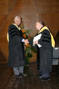 Dr Arthur Ashkin receives the Harvey Prize from Prof. Moshe Moshe, Technion's Vice President for Academic Affairs
