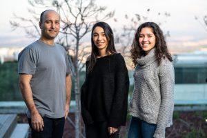 (מימין לשמאל) הסטודנטיות ירדן שפירא וטל אלון עם המנחה פרופ' בני קימלפלד