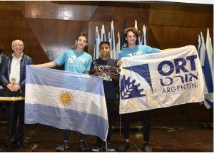 אורט ארגנטינה -הזוכים במקום הראשון בקטגוריות בתי ספר תיכוניים עם פרופ' משה שהם (משמאל)