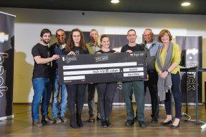 חברי קבוצת PneuMonitor שזכו במקום הראשון עם השופטים בתחרות