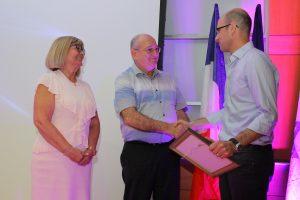 """ד""""ר יניב זיו מקבל את הפרס מידי פרופ' פרץ לביא. משמאל: נציגת קרן אדליס רבקה בוכריס"""