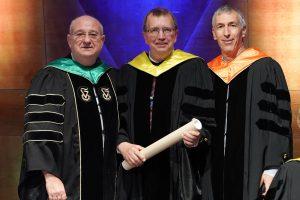 """נשיא הטכניון פרופ' פרץ לביא (משמאל) והמשנה הבכיר פרופ' אדם שורץ (מימין) מעניקים את התואר לפרופ' ד""""ר אלפרד פורשל"""
